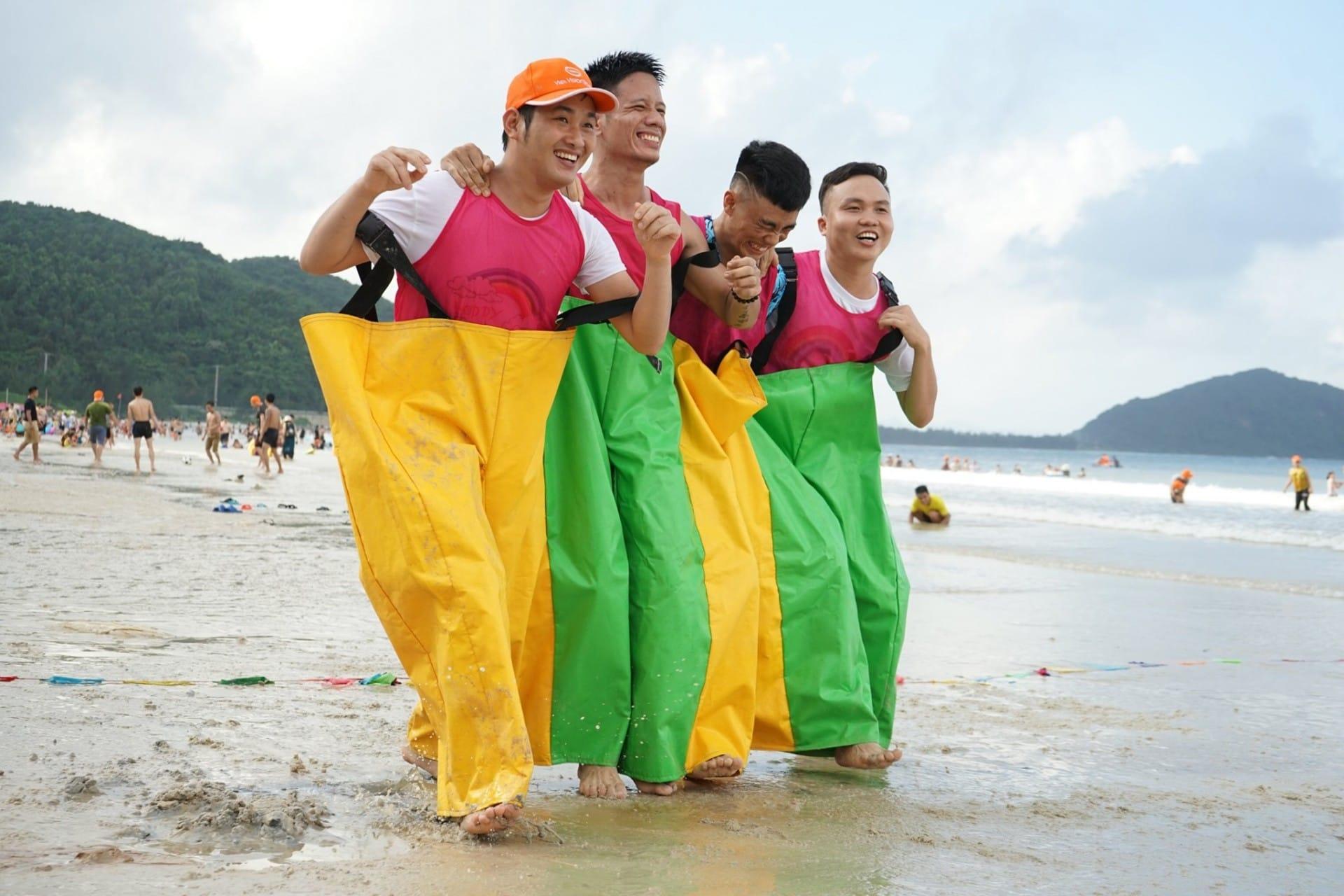 Dong Phuc Team Building Bai Bien